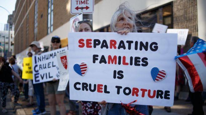 Por qué un juez de Estados Unidos ordenó el regreso al país de un avión que llevaba a El Salvador a una madre migrante con su hija