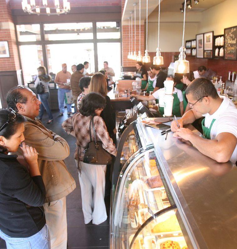 La cadena estadounidense Starbucks abrió  en Guatemala, en el 2011, la primera tienda  se ubica en un centro comercial en el área de  Condado Concepción, carretera a El Salvador. (Foto Prensa Libre: Hemeroteca)