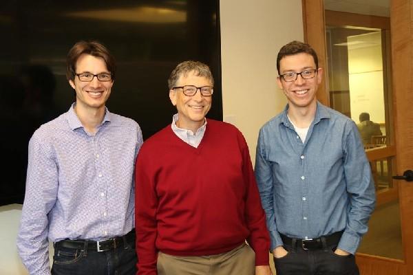 Luis Von Ahn  —Der.— publicó una foto de su reunión con el poderoso Bill Gates —centro—.