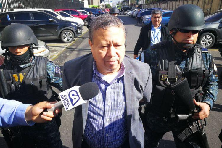 Abraham Valenzuela, ex ministro de la Defensa, a su llegada a tribunales.