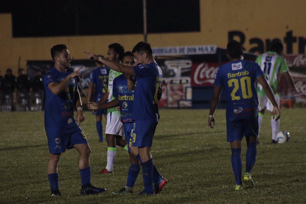 Así festejaron los jugadores de Cobán Imperial, después del gol de Robin Betancourth. (Foto Prensa Libre: Eduardo Sam)