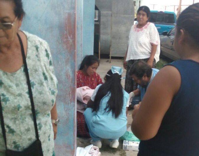 Menor da a luz en las afueras de Hospital
