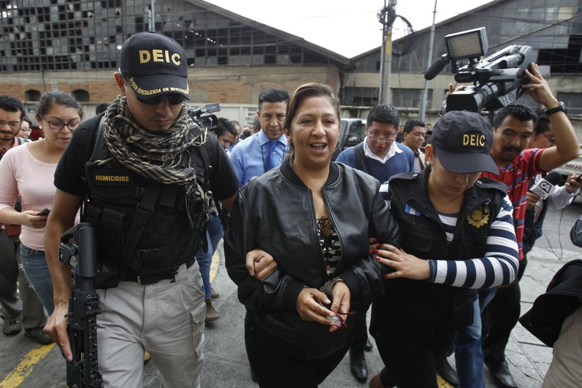 María Elena Salazar en su ingreso a Torre de Tribunales, fue capturada en zona 18. (Foto Prensa Libre: Paulo Raquec)