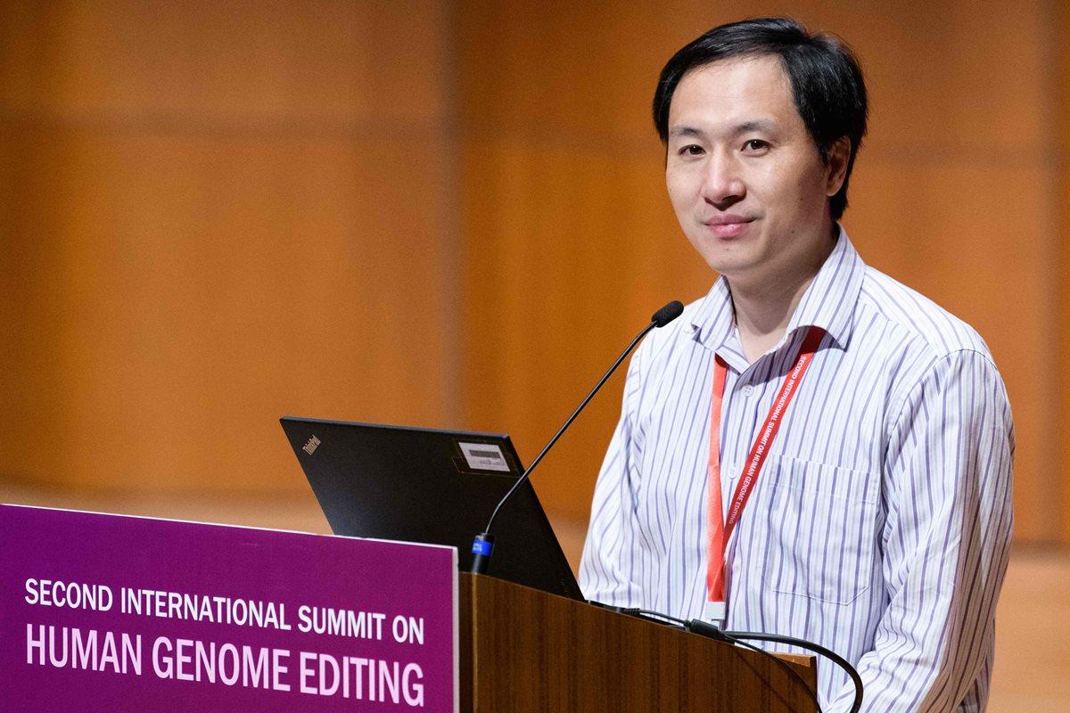 El científico chino He Jiankui participa en un simposio en Hong Kong. (Foto Prensa Libre: AFP)