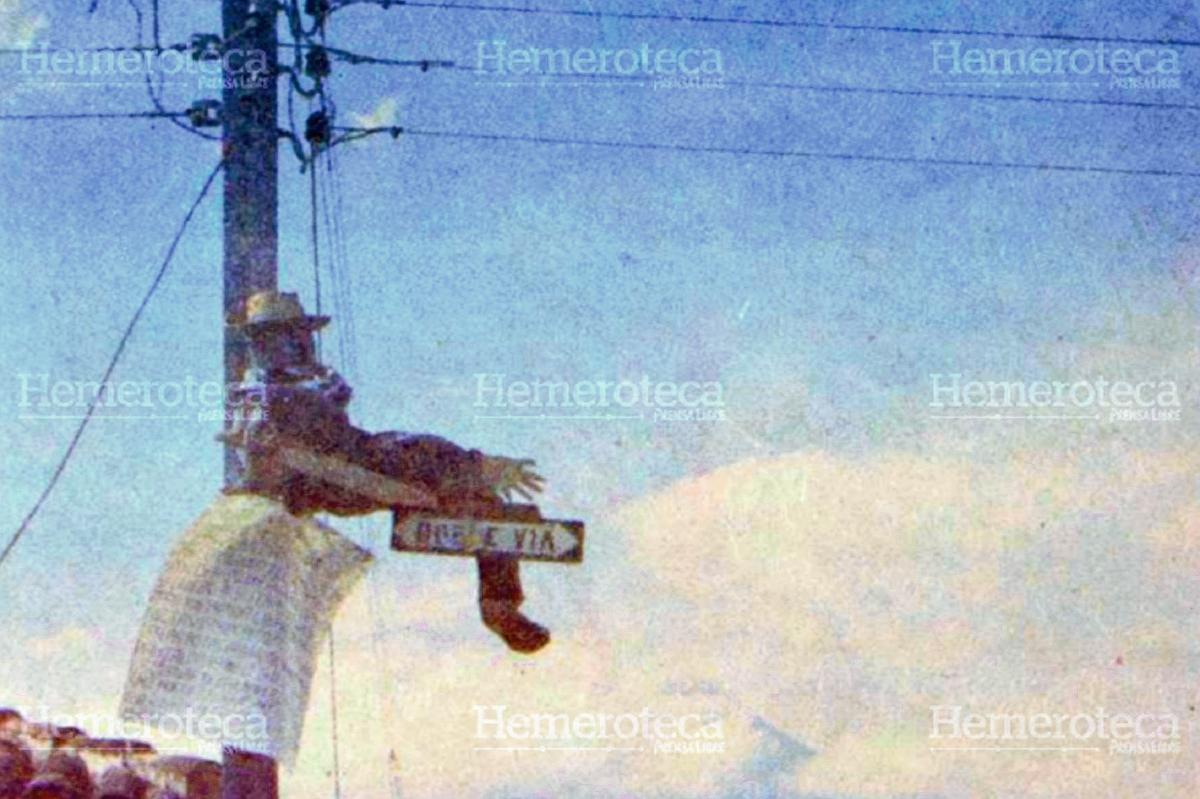 Muñeco de Judas atado a un poste durante el Sábado de Gloria de 1983. Hemeroteca PL