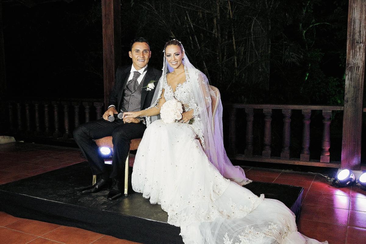 Keylor Navas y Andrea Salas posan para las cámaras luego de contraer matrimonio. (Foto Prensa Libre: EFE)