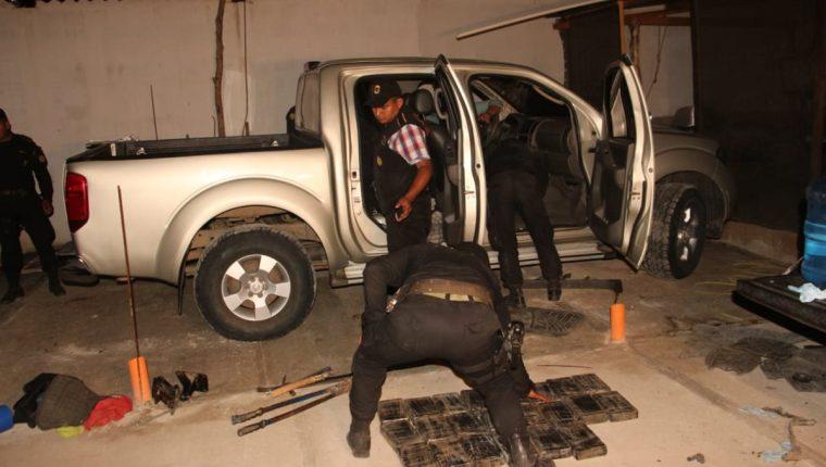 En la calle La Ronda, del barrio El Cementerio, zona 2 de Zacapa, la Policía Nacional Civil incautó droga y armas de grueso calibre. (Foto Prensa Libre: PNC)