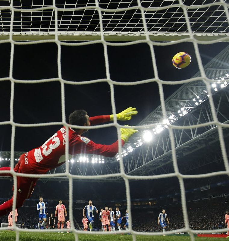 Espanyol's Spanish goalkeeper Diego Lopez fails to stop a ball kicked by Barcelona's Argentinian forward Lionel Messi  during the Spanish league football match RCD Espanyol against FC Barcelona atthe RCDE Stadium in Cornella de Llobregat on December 8, 2018. (Photo by Pau Barrena / AFP)