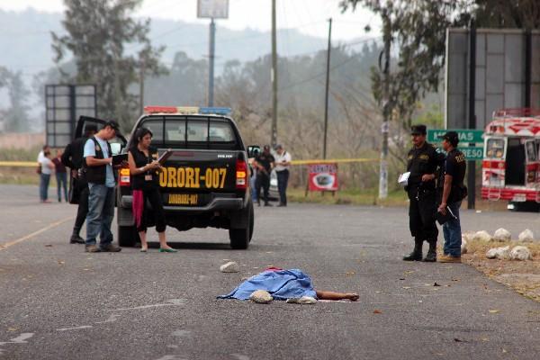 Investigadores reúnen  evidencias en el lugar donde quedó el cadáver del ayudante Byron Valdemar, en la calzada Justo Rufino Barrios,  Jalapa.