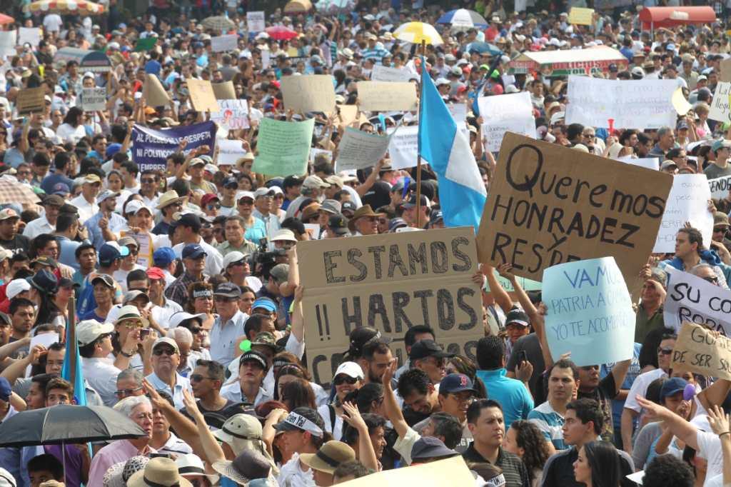 Miles de guatemaltecos marcharon a la Plaza de la Constitución.
