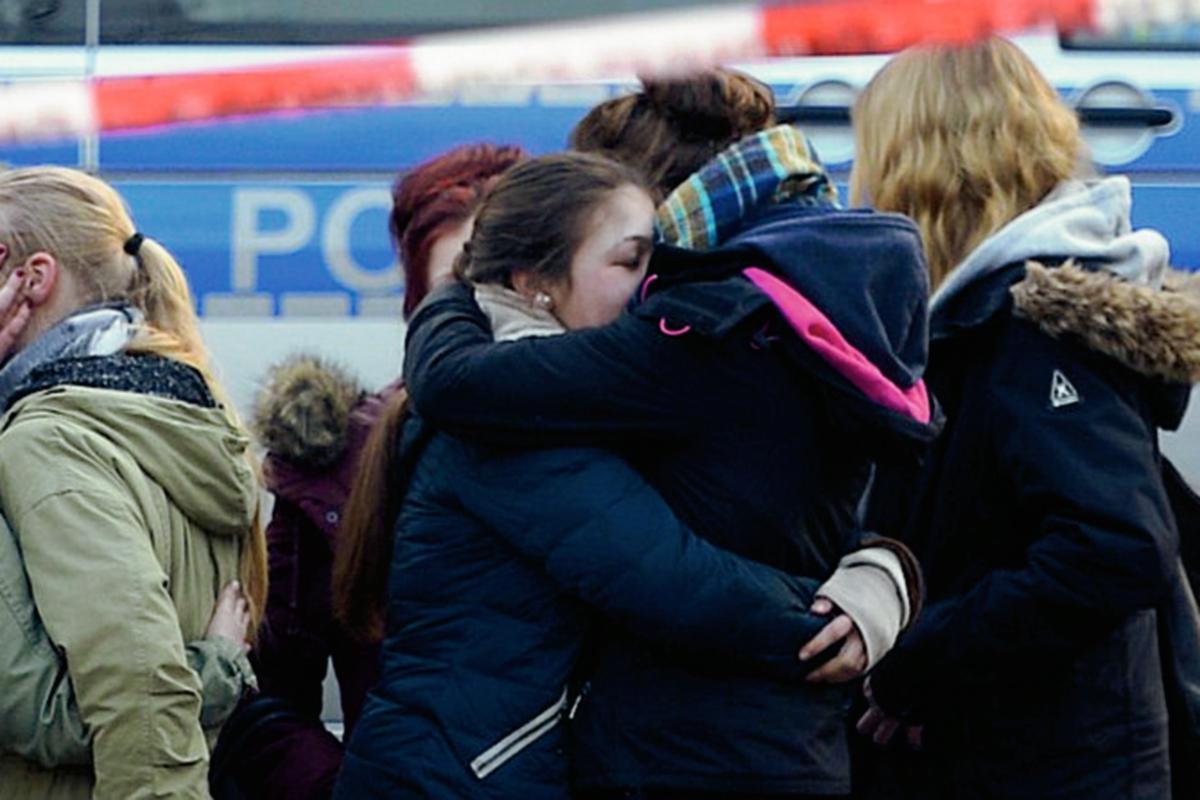 Jóvenes alemanas se consuelan en una escuela de Alemania, después de enterarse de que compañeros de intercambio colegial viajaban en el vuelo siniestrado. (Foto Prensa Libre: AFP).