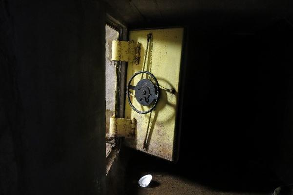 El 17 de febrero las autoridades de México estuvieron a punto de capturar al Chapo Guzmán, pero este escapó por un laberinto de túneles  interconectado en el sistema de alcantarillado  de la ciudad  de Culiacán, capital del estado de Sinaloa. Las vías de escape de las casas estaban bajo bañeras y los pasillos tenían puertas de acero.