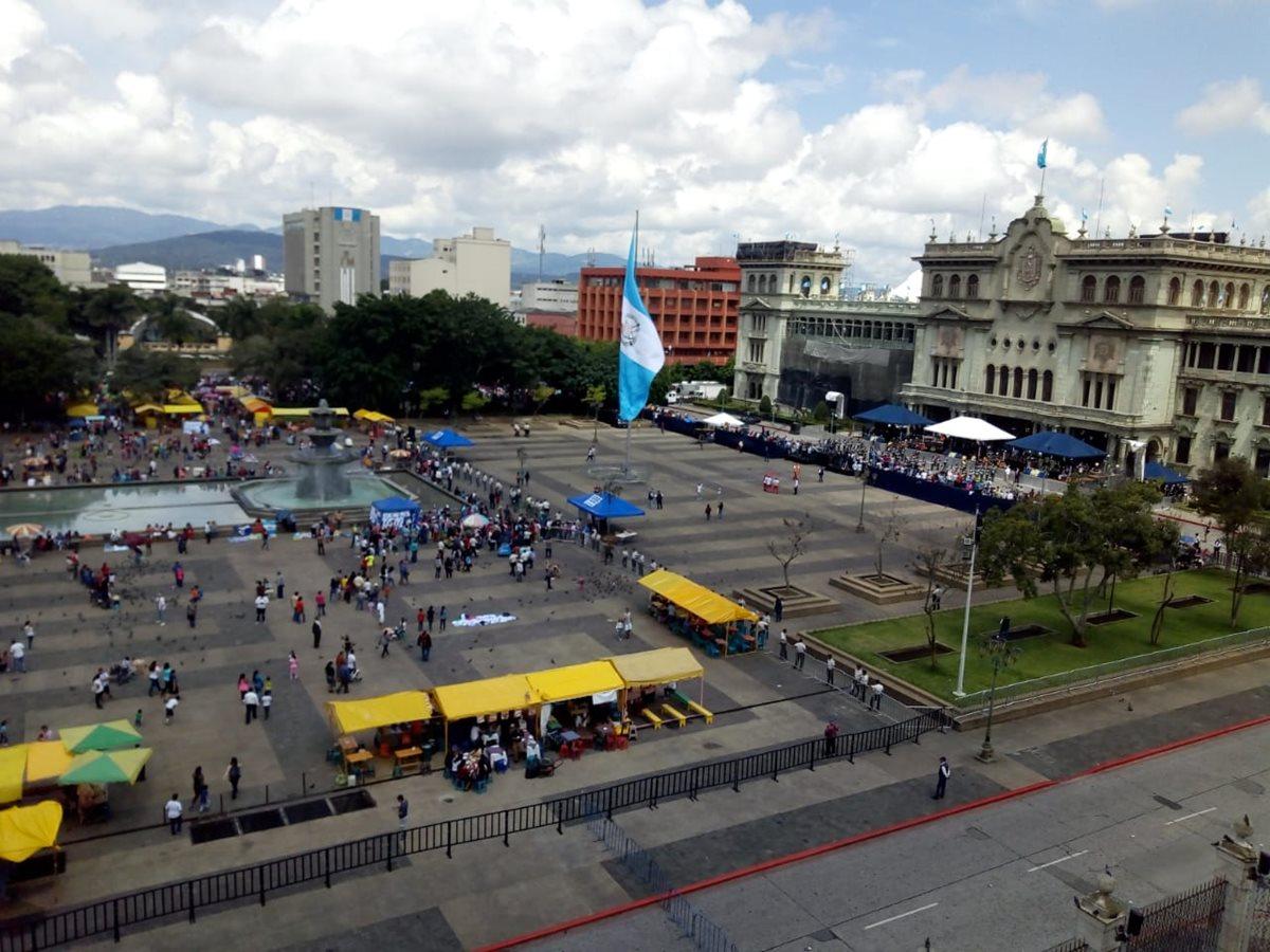 La Plaza de la Constitución se encontraba vacía debido a la limitación para observar el desfile de independencia. (Foto Prensa Libre: Óscar Rivas)