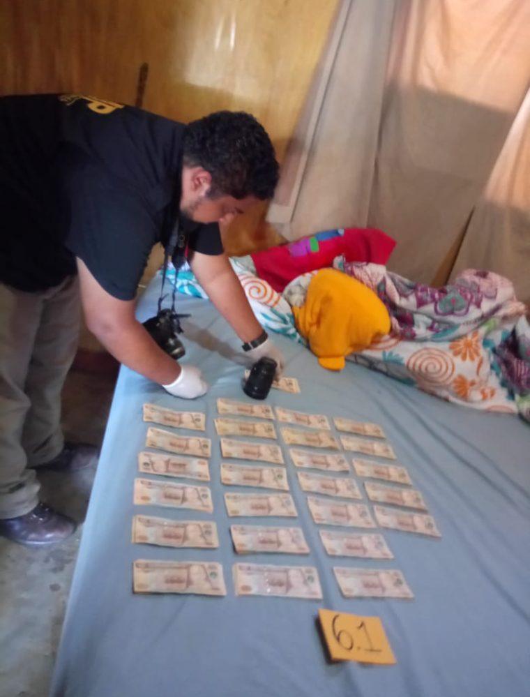 En una de las viviendas localizaron gran cantidad de dinero. (Foto Prensa Libre: Cortesía)