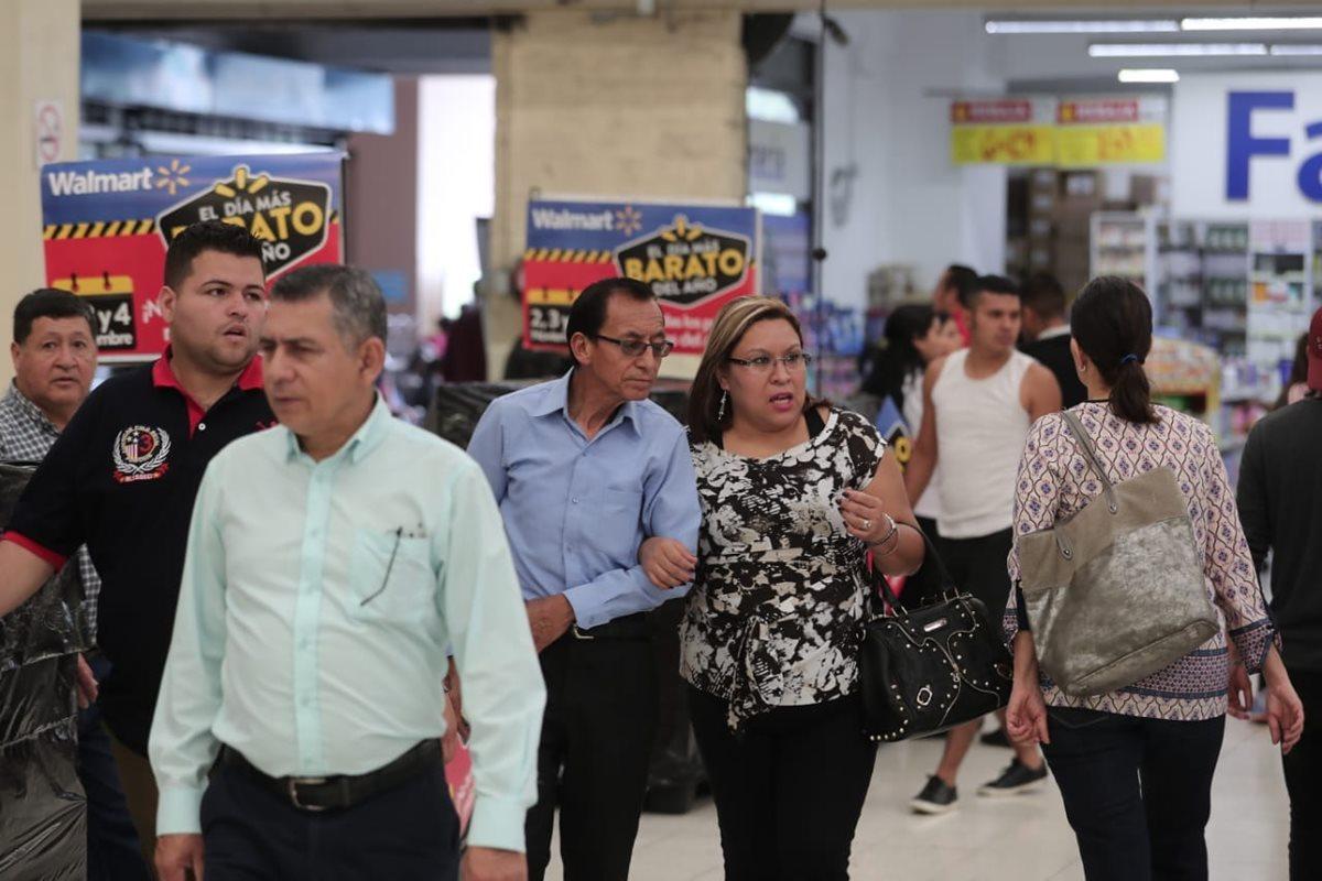 Las tiendas Walmart y Maxi Despensa se preparan para el Día Más Barato del Año, evento donde ponen a la disposición artículos con amplios descuentos. (Foto Prensa Libre: Juan Diego González)