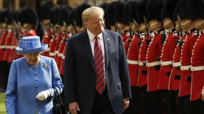 Trump rompió el protocolo en dos ocasiones con reina Isabel II. (PA)