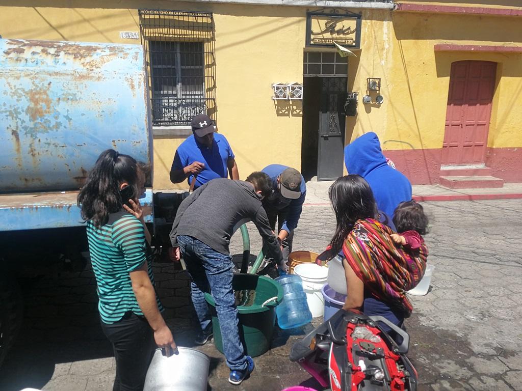 "<p style=""margin-top:0cm;margin-right:0cm;margin-bottom:8.0pt;margin-left:0cm;line-height:12.6pt""><span style=""font-size:11.0pt;font-family:""Calibri"",""sans-serif"""">Vecinos se abastecen de agua que cisternas de la Empresa Municipal de Aguas de Xelajú llevan a las diferentes zona. (Foto Prensa Libre: Fred Rivera)</span></p>"