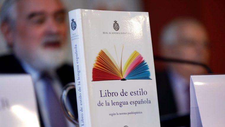 Darío Villanueva, director de la Real Academia Española, durante la presentación del Libro de estilo de la lengua española (Foto Prensa Libre: EFE).