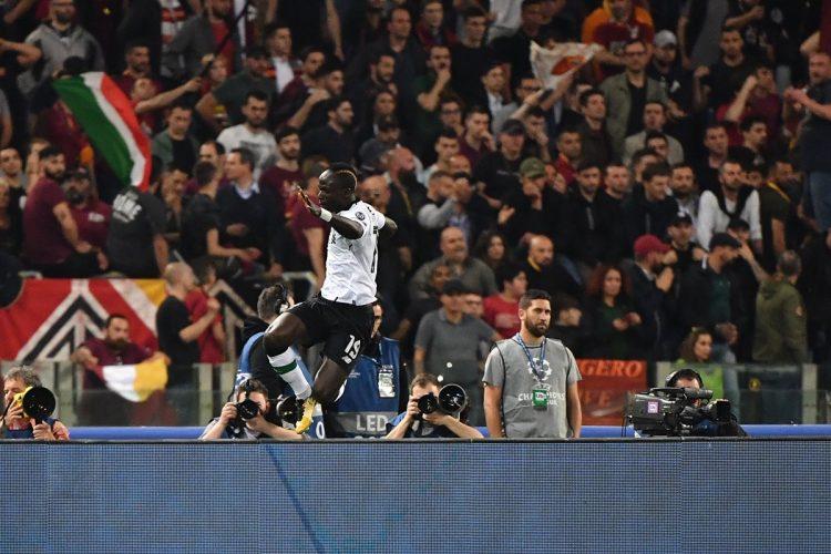 Sadio Mane celebra después de anotar para el Liverpool.