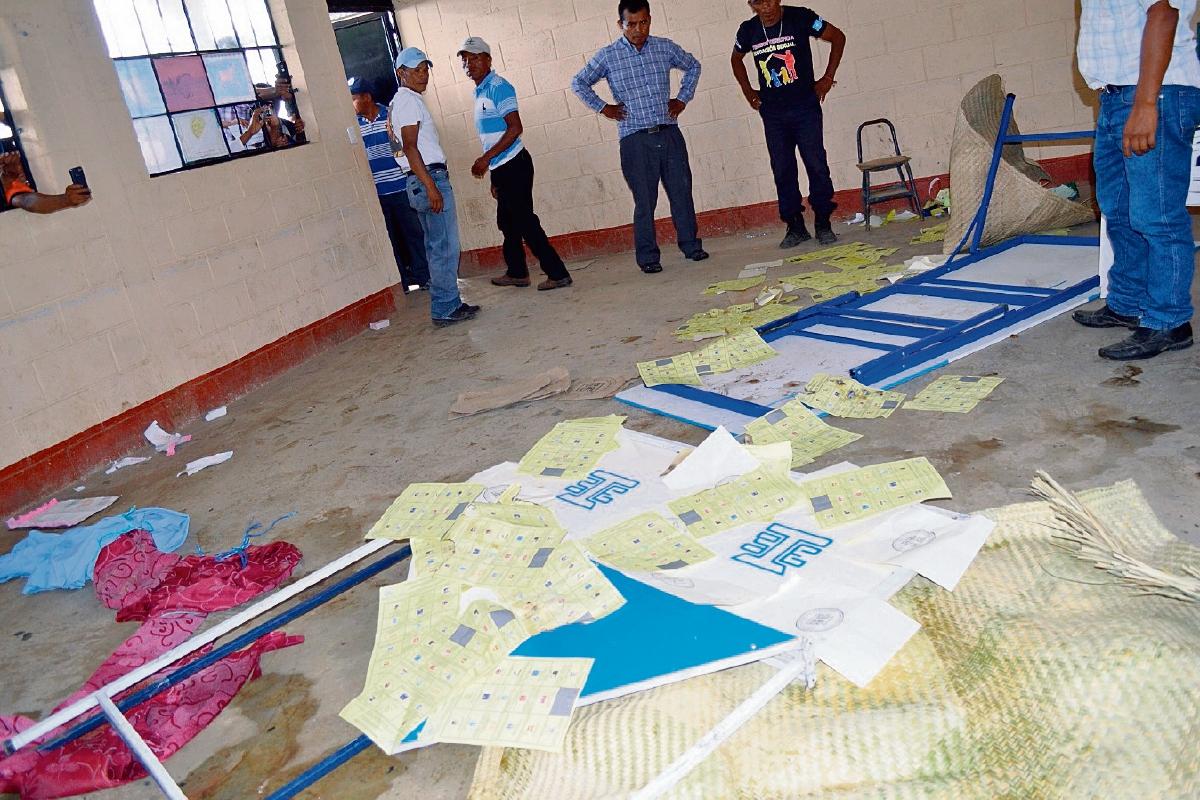Pobladores de Joyabaj, Quiché, quemaron papeletas del centro de votación ubicado en el instituto Francisco Méndez Escobar, el pasado 6 de septiembre. (Foto Prensa Libre: Hemeroteca PL)