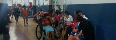 Algunas de las personas afectadas reciben atención en el Hospital Nacional de Mazatenango. (Foto Prensa Libre: Cristian Soto).