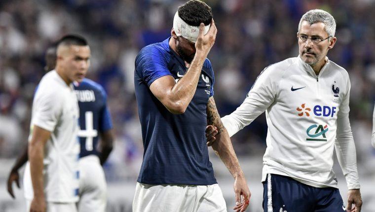 Olivier Giroud tuvo que ser atendido por los médicos, en el empate entre Francia y Estados Unidos. (Foto Prensa Libre: AFP)