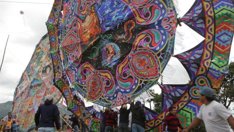 El festival del Barrilete, se celebra el 1 de noviembre, en el campo de futbol de Sumpango, Sacatepéquez. (Foto Prensa Libre: Edwin Castro)