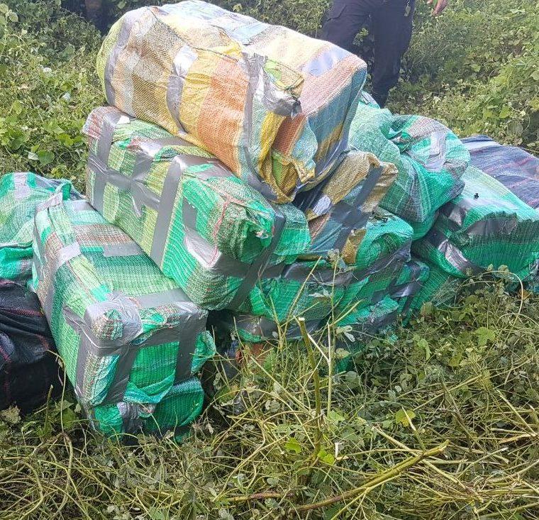 Varios paquetes fueron encontrados en el interior de la avioneta, se presume que dentro de las bolsas hay droga. (Foto Prensa Libre: Hugo Oliva)