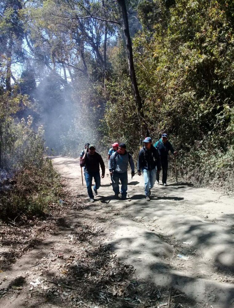 Guardabosques atienden uno de los incendios registrados en Xela. (Cortesía Hugo Urizar)