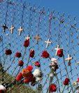 Ofrendas a las víctimas de la matanza en Parkland, FLorida. (Foto Prensa Libre: AFP)