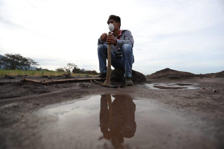 Con mucha esperanza las personas meditan sobre los lugares en que pueden cavar la tierra.