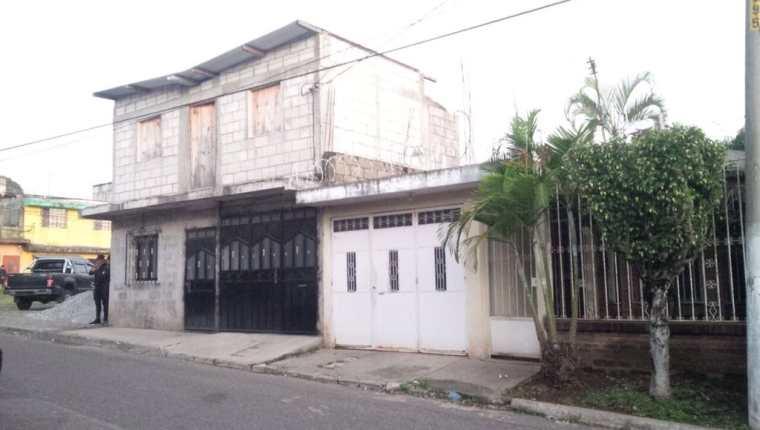 Una de las viviendas allanadas es resguardada por agentes de la PNC, cuyos operativos se efectúan en Chiquimula, Jutiapa y Mixco, Guatemala. (Foto Prensa Libre: PNC)