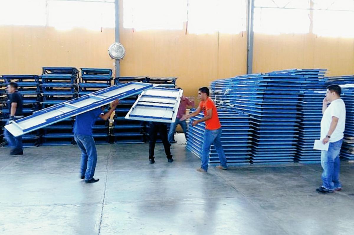 El mobiliario  electoral para 20 municipios de Quiché es almacenado en el Instituto Normal Mixto Juan de León. (Foto Prensa Libre: Óscar Figueroa)