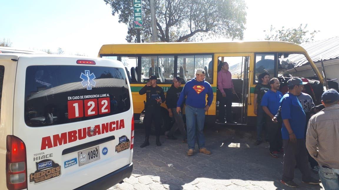 El piloto tuvo que ser rescatado con equipo especial luego de quedar atrapado en la cabina del bus. (Foto Prensa Libre: Cortesía)