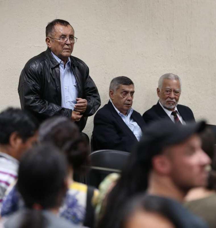 Militares procesados, durante la audiencia de este martes. (Foto Prensa Libre: Paulo Raquec).