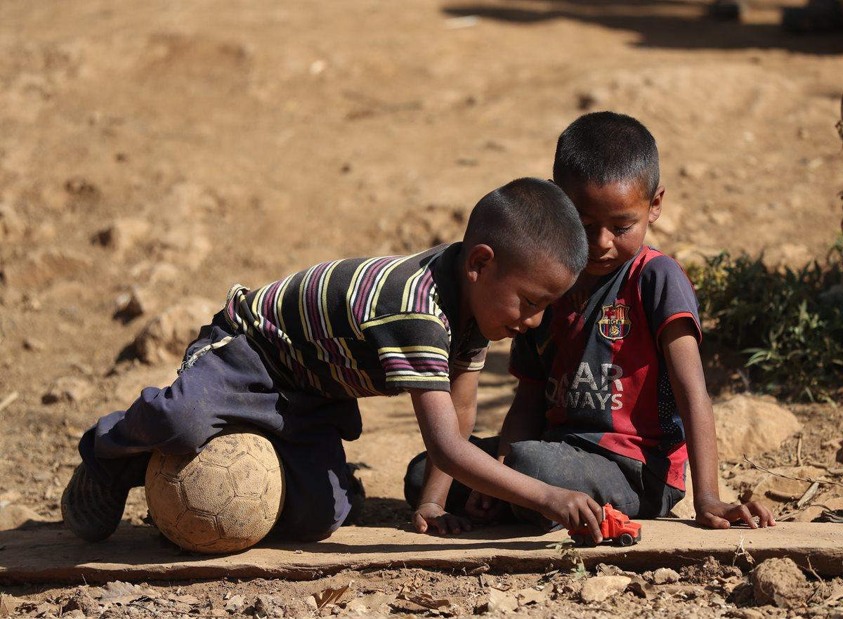 Niños del cantón Valencia, Jutiapa, juegan entre la tierra árida debido a la sequía prolongada. La mayoría de niños del cantón sufren desnutrición. (Foto Prensa Libre: Hemeroteca PL)