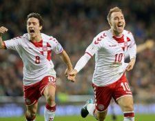 Christian Eriksen festeja con Thomas Delaney uno de los tres goles que anotó y que permitieron que Dinamarca dijera presente en Rusia. (Foto Prensa Libre: AFP)