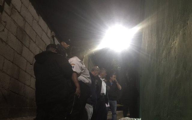 Agentes de la PNC y socorristas observan el cadáver de Bedoya de Rosales. (Foto Prensa Libre: CVB)