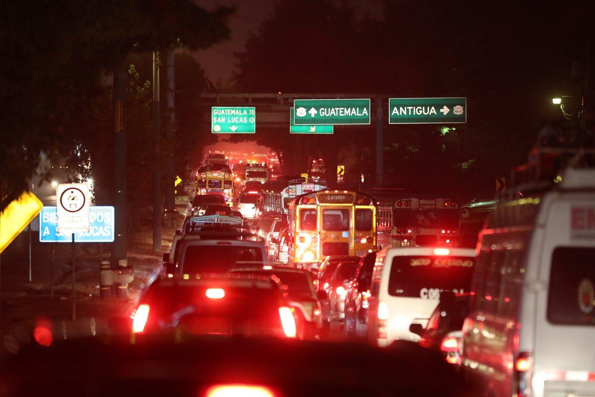 Desde las 4.30 horas se registran atascos viales desde el km 31 de la ruta Interamericana, en San Lucas Sacatepéquez. (Foto Prensa Libre: César Pérez)