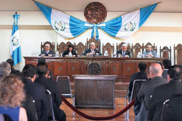 Los cinco magistrados de la CC escuchan los argumentos de las partes.