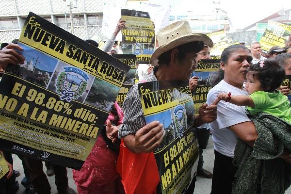Pobladores de Nueva Santa Rosa portan carteles en los que manifiestan su oposición a la minería en El Escobal.