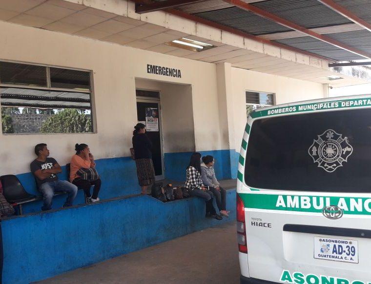 Los heridos fueron trasladados al Hospital Nacional de Chimaltenango. (Foto Prensa Libre: Víctor Chamalé)