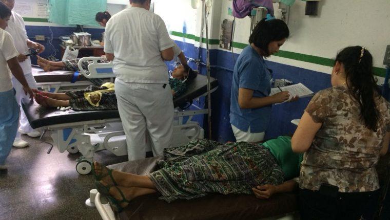 Los campesinos afectados reciben atención en el Hospital Regional de Cobán. (Foto Prensa Libre: Eduardo Sam).