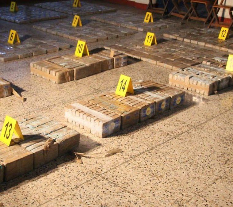Las autoridades incautaron 5 mil 697 paquetes con cocaína transportados en una lancha tiburonera de Ecuador el pasado fin de semana. (Foto Prensa Libre: PNC)