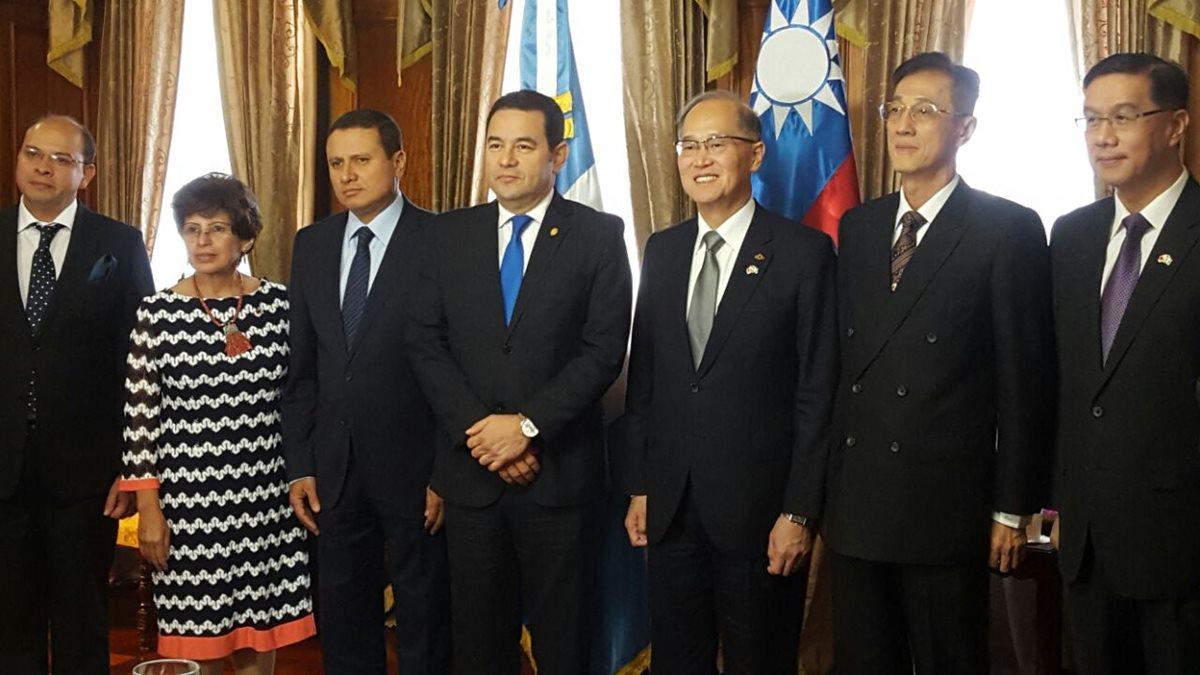 El presidente Jimmy Morales y el canciller de la República de China (Taiwán) Davin Lee-al centro-, terminan una reunión en la Casa Presidencial. (Foto Prensa Libre: Presidencia)