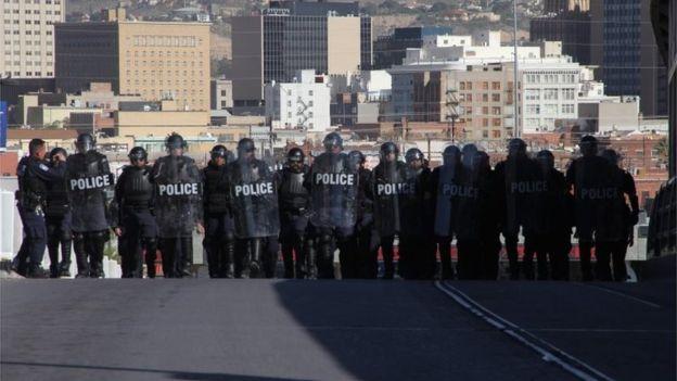 Fuerzas policiales ya realizan ejercicios en la frontera ante la posible llegada masiva de inmigrantes. AFP