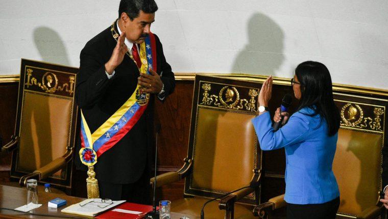 Nicolás Maduro (izq.) jura ante la presidenta de la Asamblea Constituyente, Delci Rodríguez. (Foto Prensa Libre:AFP).