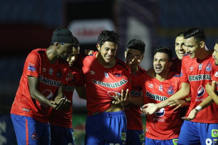 Moreira celebra con sus compañeros el primer tanto contra Comunicaciones. (Foto Prensa Libre: Francisco Sánchez).
