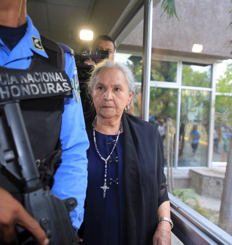 Austra Flores López, madre de la asesinada ambientalista Berta Cáceres, llega al juicio en Tegucigalpa. (Foto Prensa Libre: EFE)
