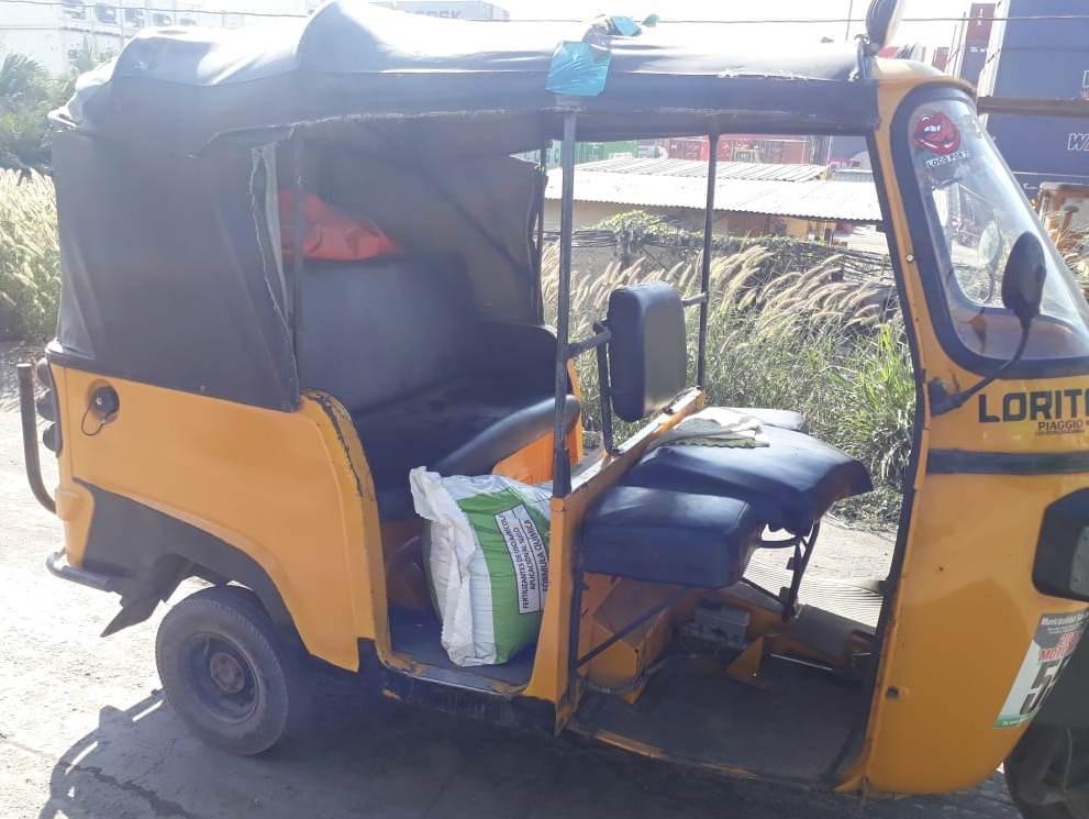 Mototaxi en el que era transportado el fertilizante robado. (Foto Prensa Libre: PNC).